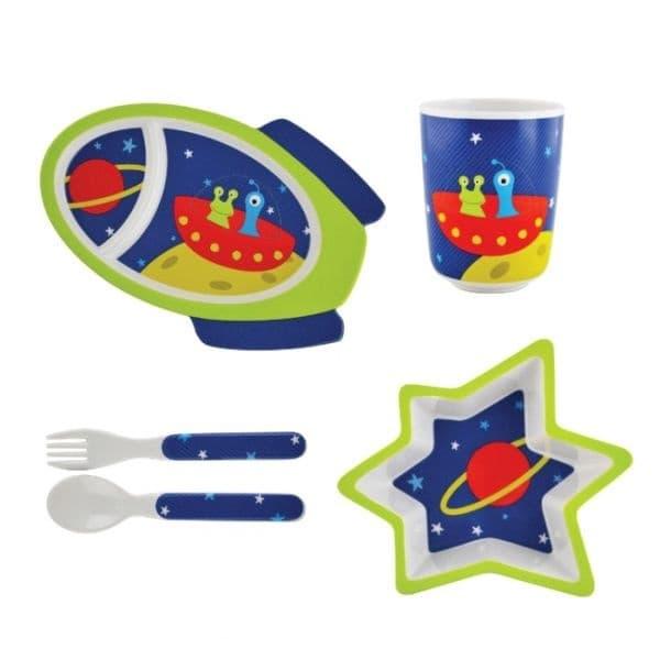 Нечуплив комплект съдове за хранене, пригоден за деца.