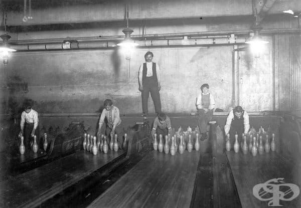 """Пинсетър. Човек, които е поставял кеглите по местата им, след като са били съборени. Позицията е известна още като """"Пинбой"""", тъй като са работели предимно тийнейджъри."""