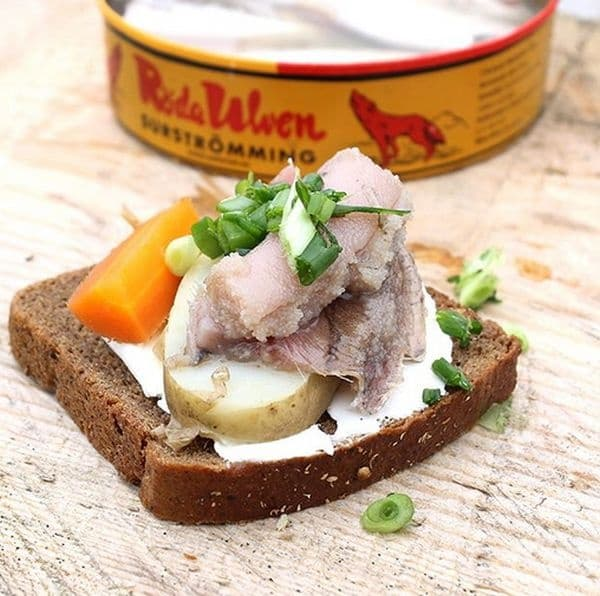 Сюрщрьоминг. Шведски национален продукт от ферментирала херинга от Балтийско море. Рибата се поставя в бъчви в разтвор със сода каустик в продължение на 2 месеца. След това се затваря в буркани, където продължава да се вкисва.