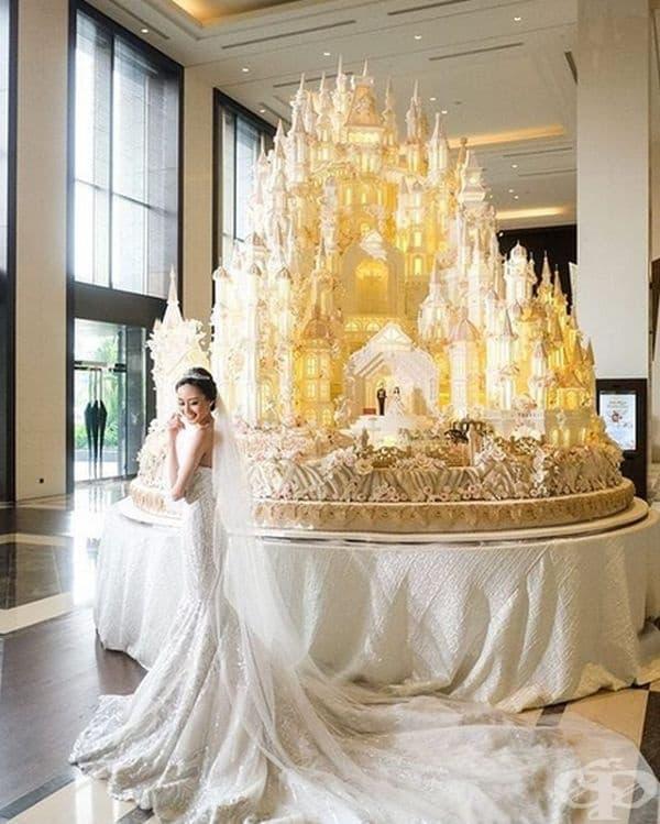 Торта - крепост с внушителни размери.