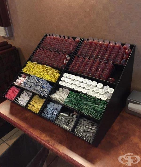 В този ресторант всички сосове са разположени по цвят, за да улеснят клиентите в своя избор.