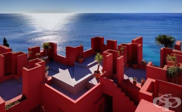 """Постройка """"Червената стена"""" в Калпе, Испания."""