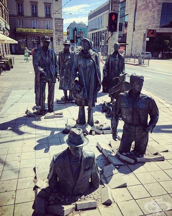 """""""Проход"""" от Йежи Калина е невероятна инсталация, състояща се от 14 фигури, разположени във Вроцлав, Полша. Централната фигура е жена, заобиколена от членовете на нейното семейство, някои от които излизат от земята."""