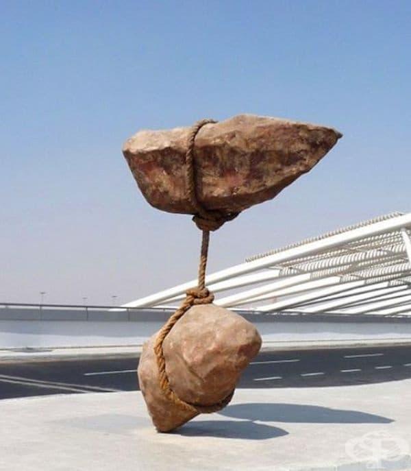 Каменна скулптура на Смабан Абас на международното летище в Кайро.