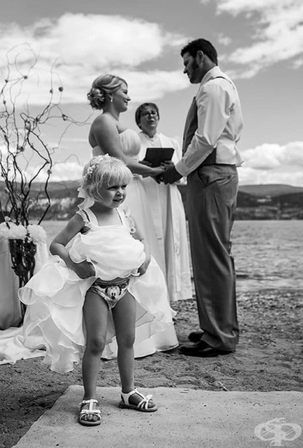 Тук по-интересно е детето, отколкото младоженците.