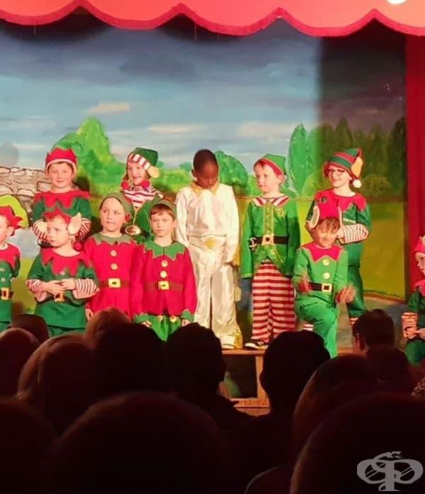 Тези деца са били помолени да се облекат като елфи за тържество у училище. Едното от тях е облечено като Елвис.