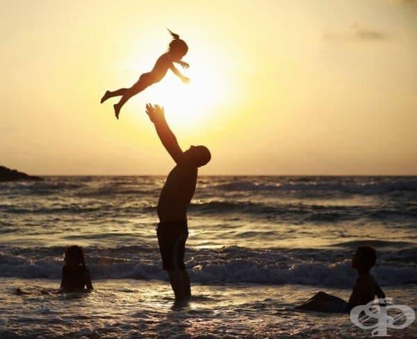 Мъж, който играе със своята дъщеря.
