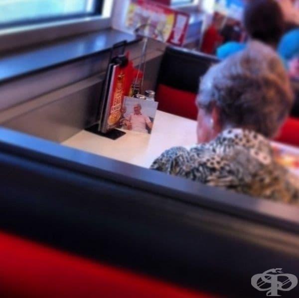 Съпругът на тази жена е починал, но тя все още обядва с него всеки ден.