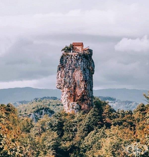 Най-интровертната къща на върха на планина в Грузия.