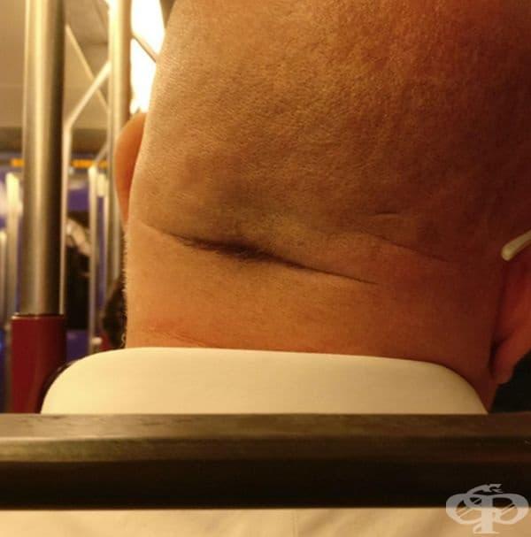 Резервните мустаци на гологлав мъж.