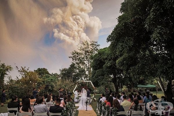 Фотографът на тържеството Рандолф Еван споделя, че около 14 ч. са забелязали да излиза бял дим от Таал, по което са предположили, че се случва нещо с вулкана. Въпреки това гостите са останали спокойни по местата си.