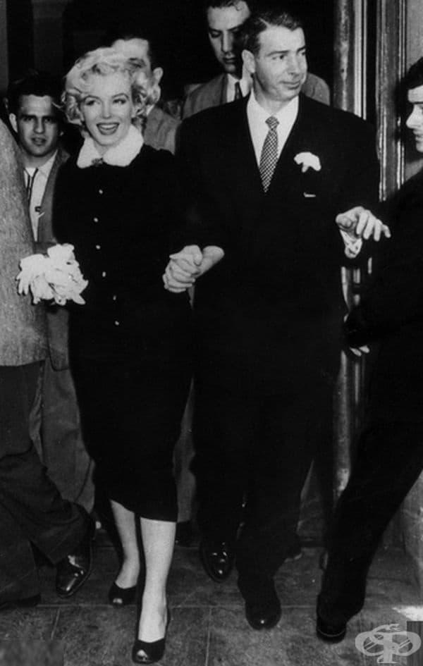 Мерилин Монро. Когато холивудската звезда Мерилин Монро се омъжва за бейзболната легенда Джо Димаджо в Сан Франциско на 14 януари 1954 г., тя е облечена в кафява рокля с дължина под колената и подходящо сако (облекло, което никой не е очаквал).
