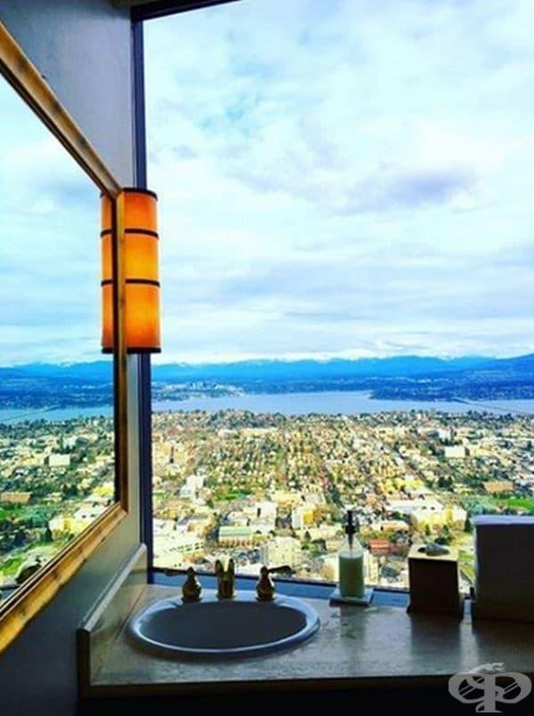 Тоалетна на 76-ия етаж в Колумбийската кула - Сиатъл, Вашингтон.