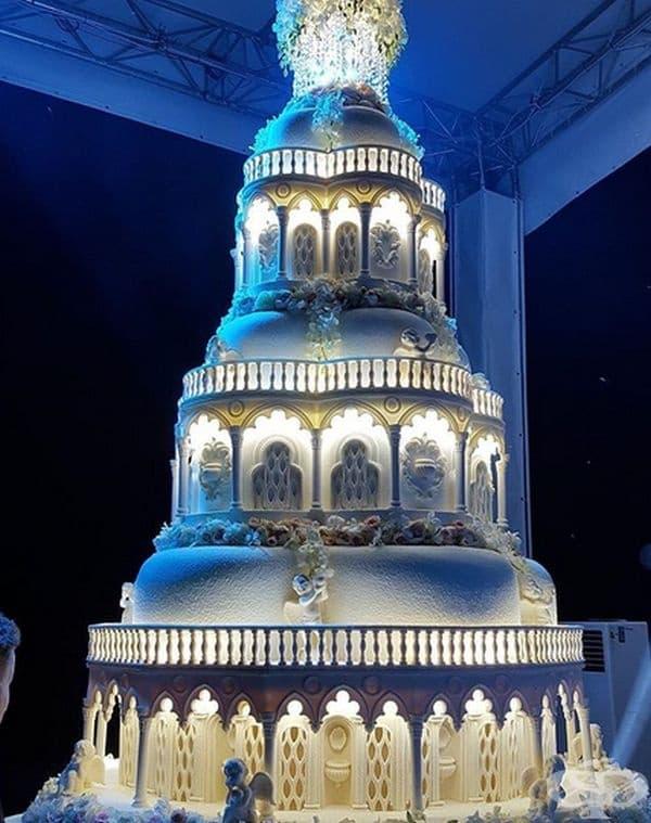 """Магически замък Тази торта е невероятна поради сложността на всеки един от """"етажите"""". Отделно осветлението подчертава мащаба на шедьовъра."""