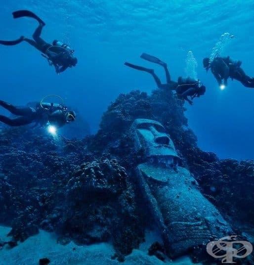 Моаите са монолитни човешки фигури от камък. Известни са над 1000 такива древни скулптури. Една от тях е дори под водата и е построена около 1400 – 1650 г. ( Местоположение: Великденски острови, Чили)