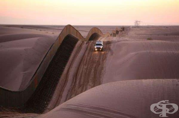 Тази снимка е направена в пясъчните дюни на Алгодонес в Южна Калифорния. Оградата по дюните представлява граница.