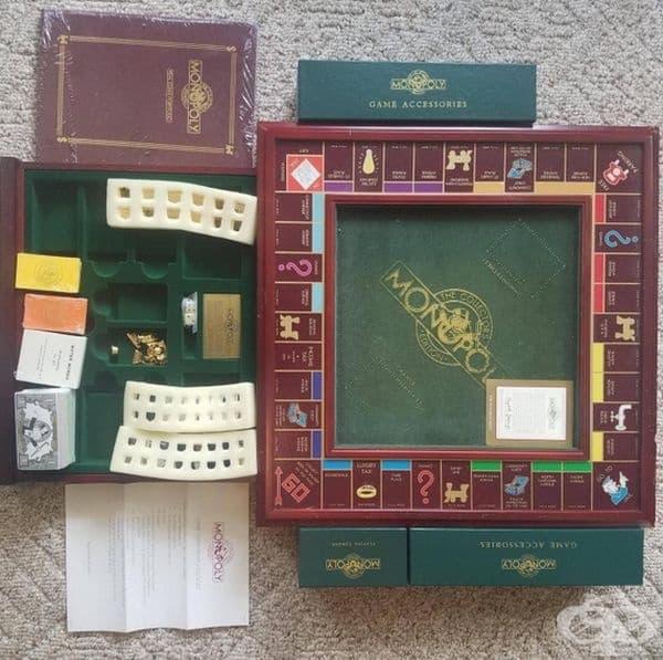 """Рядко издание на играта """"Монополи"""" със златни и сребърни фигури."""