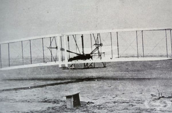 Първата снимка на самолет по време на излитане, 1903 г.