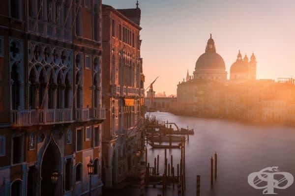 Гледка от известния мост на Академия. Слънцето изгрява вдясно от известната базилика Санта Мария.