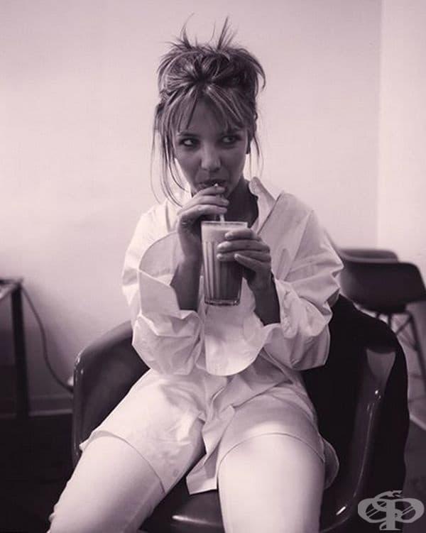 Бритни Спиърс през 1999 г. пие млечния шейк в бекстейджа.