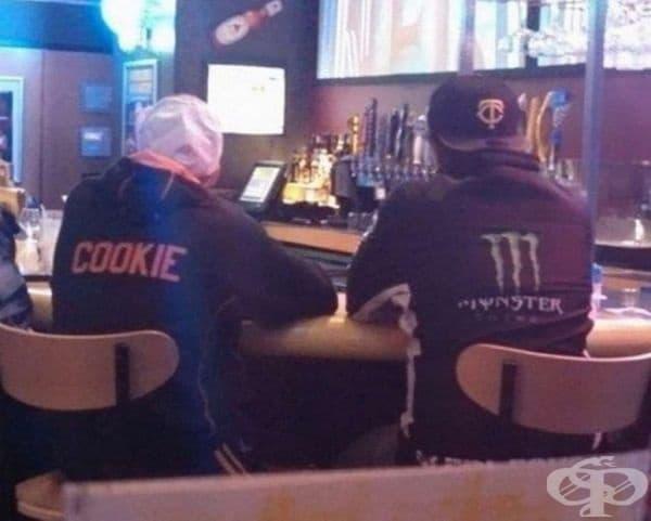 Тези мъже са седнали един до друг.