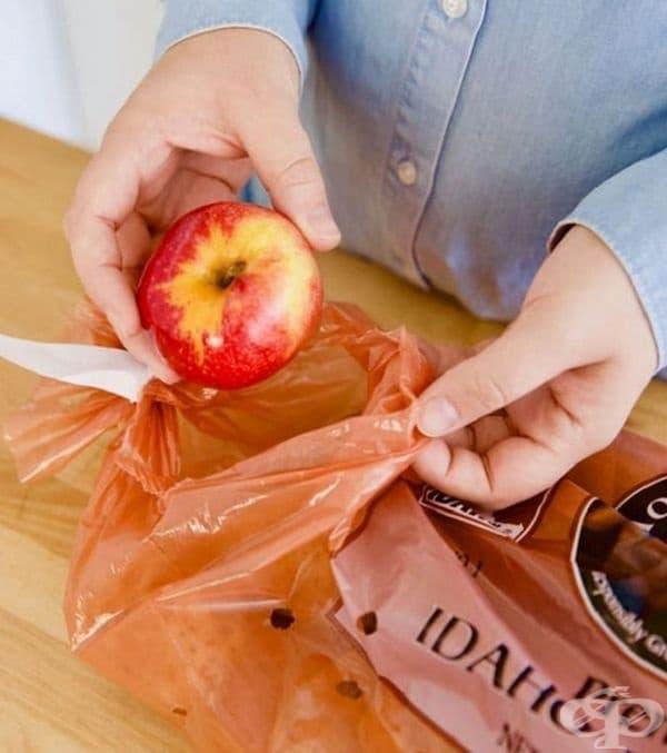 Забавете покълването на картофите. Просто поставете ябълка между картофите. Тя няма да позволи те да покълнат толкова бързо.