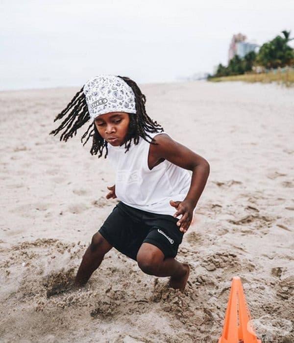 """Другата страст на момчето е футболът. В този спорт той вече е получил престижната награда """"Хайсман Трофи""""."""