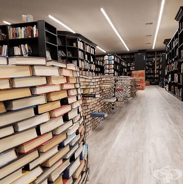 Книги, подредени в купчини, готови за изграждане на книжната арка.