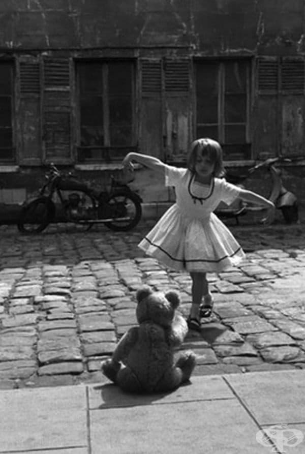 Момиче танцува пред плюшеното си мече, Париж, 1961 г.