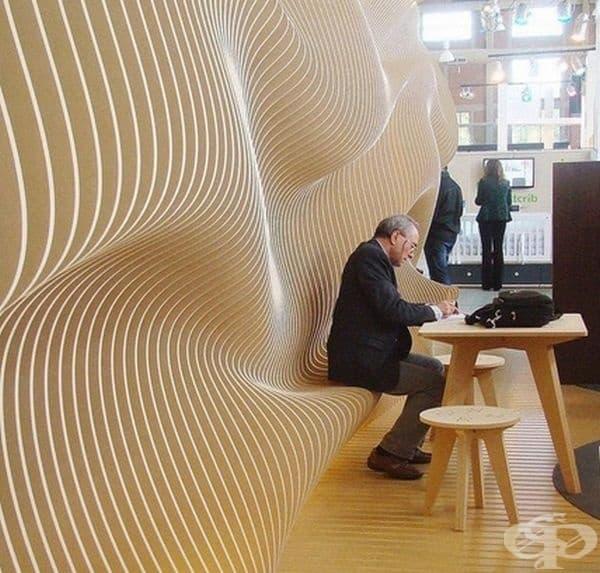 Скамейка, която се формира директно от стената.