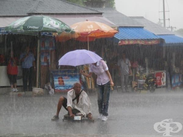 Акт на доброта по време на порой в Китай.