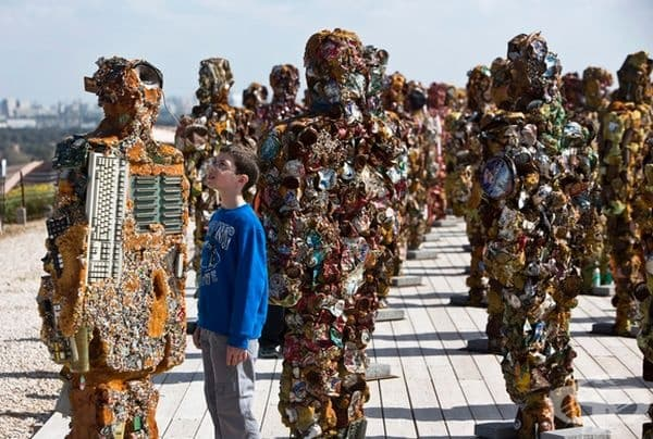 Германски художник HA Schult създава хора, направени от използвани кутии, електронни отпадъци и други боклуци.
