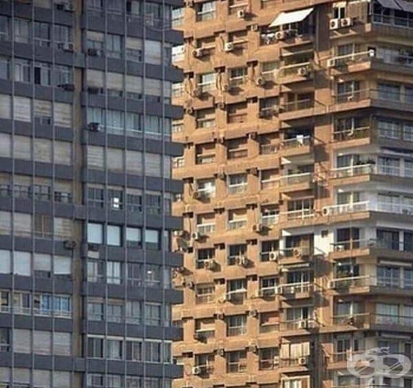 Две сгради. На кадъра е трудно да се разбере коя е отпред и коя отзад.