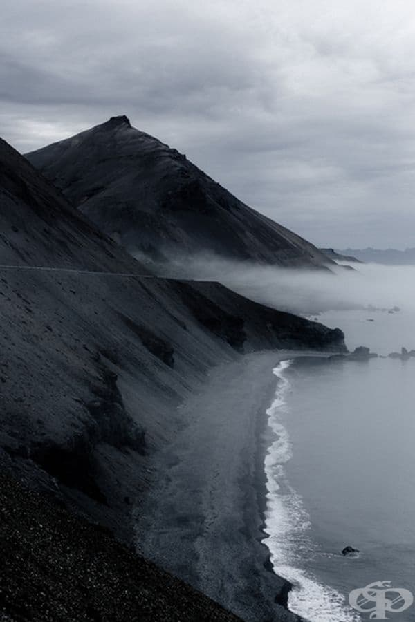 Напълно цветна снимка на черен пясък в Исландия.