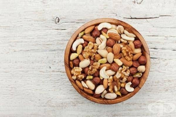 Ядки. Суровите ядки са не само отличен антиеметик, но и полезна закуска. Носете със себе си малко количество ядки, които ще се погрижат за спокойното ви пътуване.