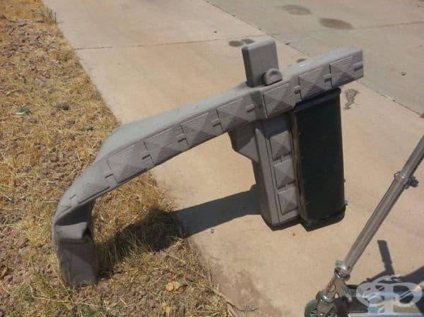 Тази пластмасова пощенска кутия се топи заради топлината в Меса, Аризона.