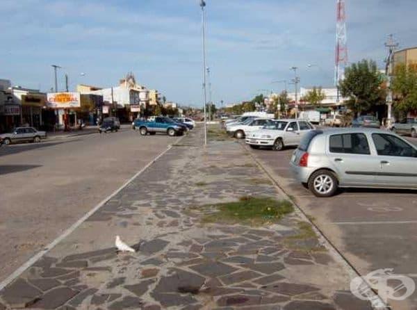 Бразилия (вляво) - Уругвай (вдясно). Тук границата между двете държави е тротоарът.