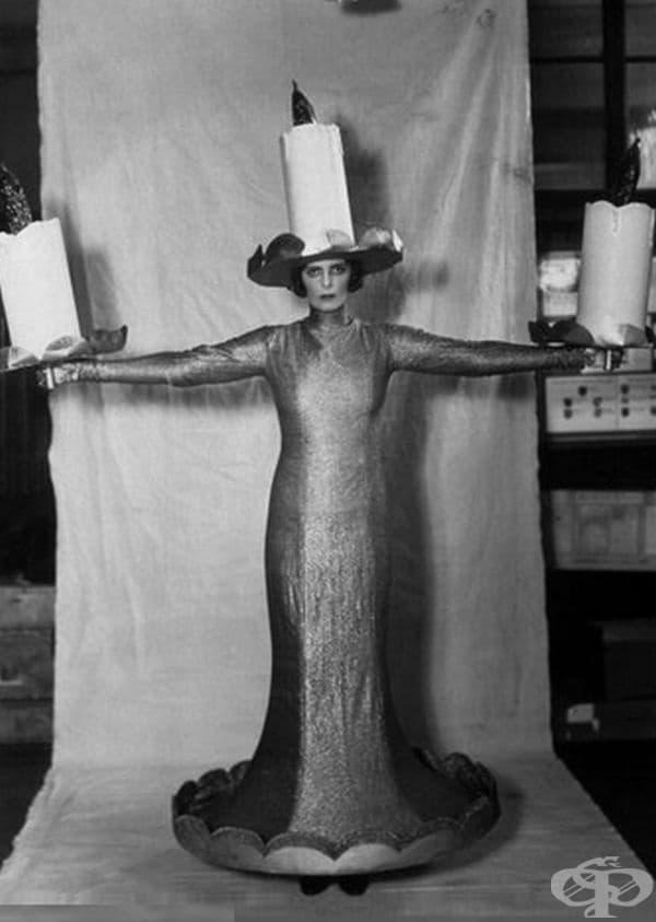 Уважаемата г-жа Роланд Кубит в костюм на свещ, 1930 г.