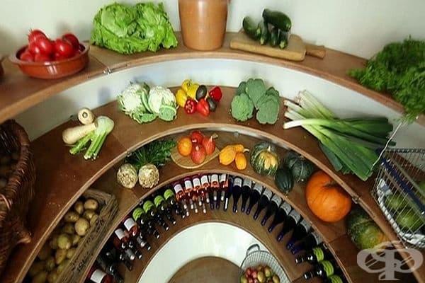 Студената стая е на метър дълбочина в почвата, където температурата е около 10-12 градуса – идеална за съхранението на плодове, зеленчуци и други продукти.