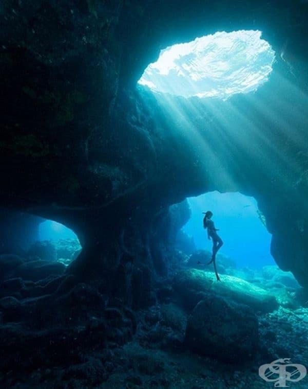 """Направете си спиращи дъха снимки на Хаваи. Всичко, от което се нуждаете, е да бъдете достатъчно смели и да останете спокойни, когато вълните започват да ви """"отнасят"""" в пещерите."""
