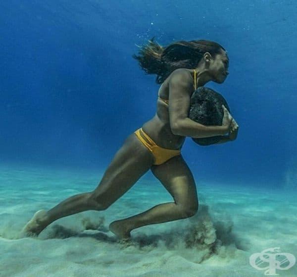 Тренировка на сърфист. Тази жена се движи по океанското дъно с 18-килограмов камък, който й помага да се бори с течението.