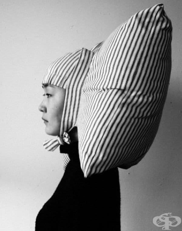 Възглавница-шапка е най-доброто решение при пътуване с влак, особено ако трябва да спите в седнало положение.