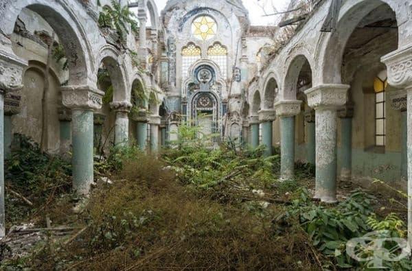 Изоставена синагога в Румъния.