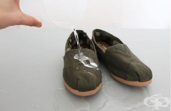 Покрийте обувките си с восък или парафин срещу намокряне.