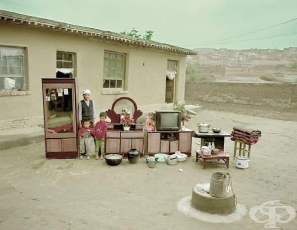 Снимки на китайски семейства с цялото имущество, което притежават