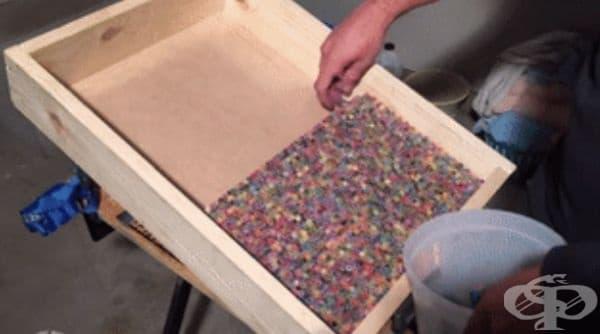 Младеж изработва китара от 1200 цветни молива
