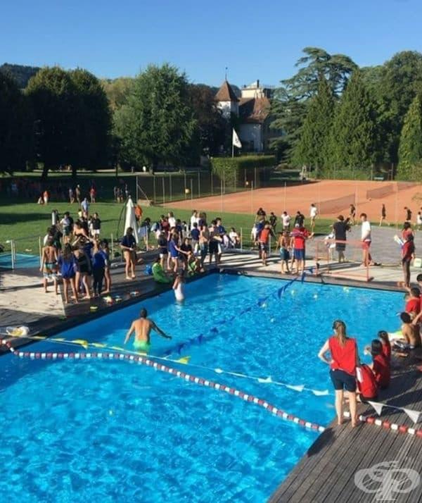 Лятната програма позволява на децата да прекарат част от своето свободно време край басейна.