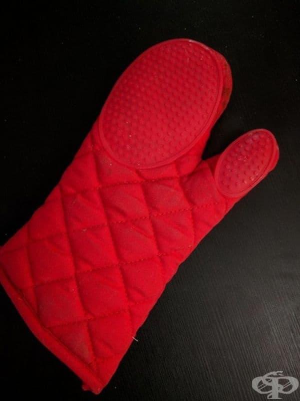 Ръкохватки за дясна ръка. При използването на подобна ръкохватка храната вероятно няма да достигне до масата.