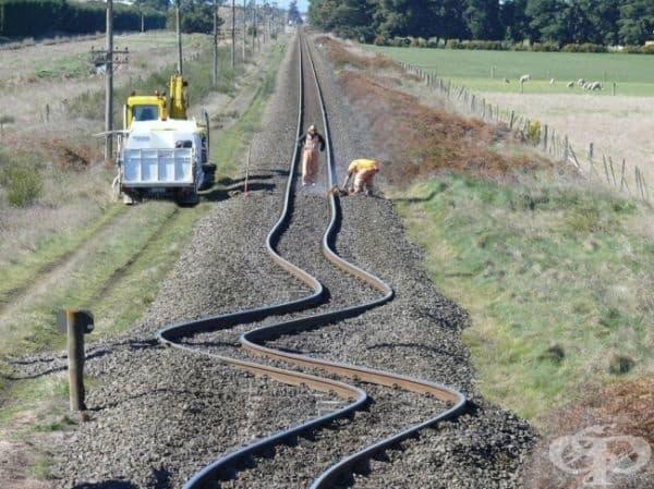 Изкривени железопътни релси след земетресение в Нова Зеландия.