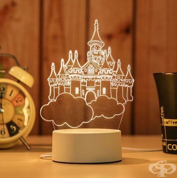 Настолна лампа във формата на замък.